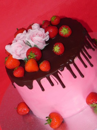 Drip Cake decorated with strawberries