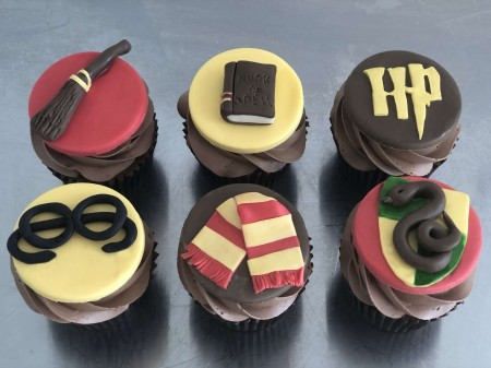 6 Harry Potter themed cupcakes (chocolate)
