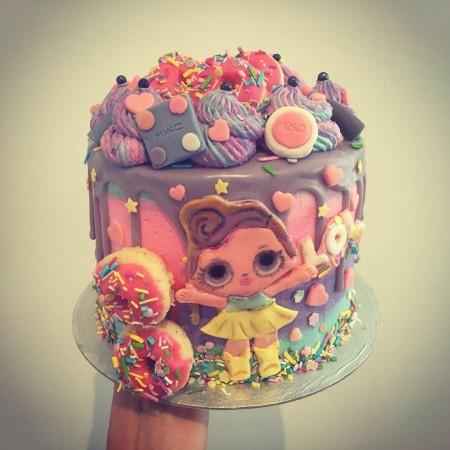 LOL themed drip cake